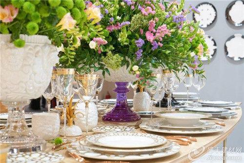 你可以将鲜花与餐巾纸,长方桌巾,杯子或盘子搭配.