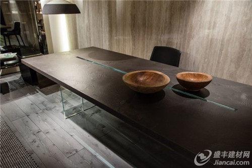带木质桌面的桌子和玻璃基座似乎很受欢迎