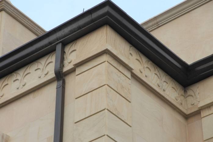 4.4如果檐口为实木结构,可直接把螺钉穿透檐沟内壁,固定在檐口上.4.